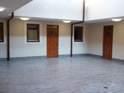 belső udvar apartman ajtók